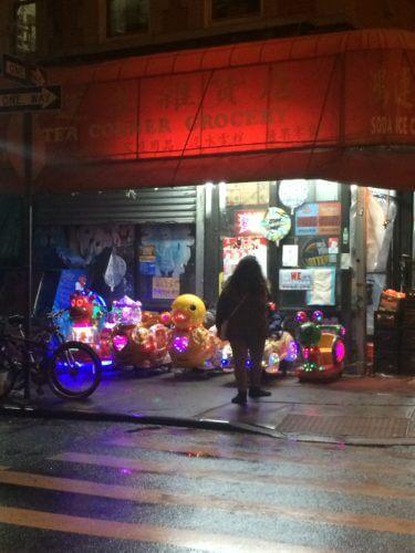 NYローワーイーストサイドにあるレストラン、バカロに行く途中にあるデリの写真。夜