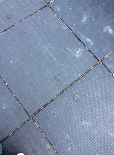 ニューヨークの公園プレイグラウンドがゴム製の床で敷き詰められている写真