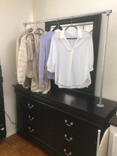 手作り洋服収納家具。洋服ダンスの上に水道管で作った洋服ラックをネジで固定したもの