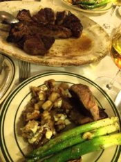 ニューヨークのベンジャミンステーキハウスのステーキとポテトとアスパラガス