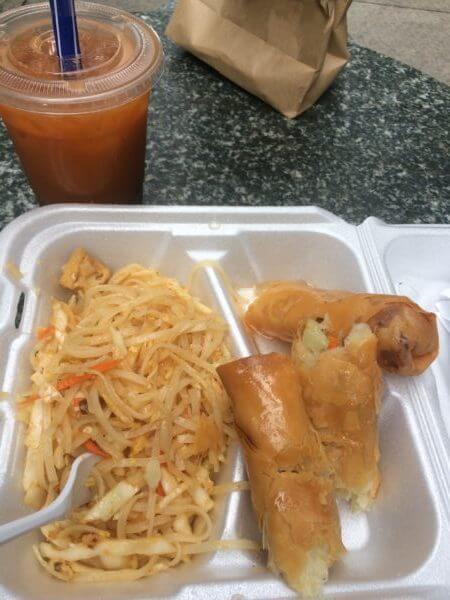 アメリカのレストランで残った食べ物を容器に入れてもらった写真