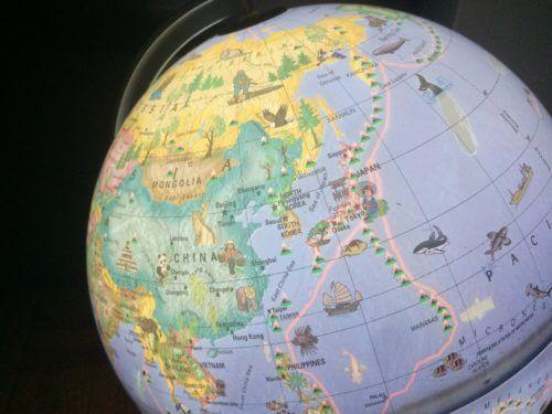 リプルーグルの子供用地球儀Globe 4 Kidsの電灯をつけた写真