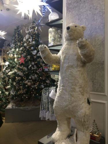 ニューヨークのデパート、メイシーズのクリスマス・デコレーション売り場にあった、巨大シロクマの人形の写真