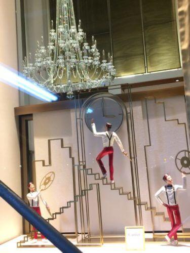 2018年カルティエのポーターが時計を飾っているホリデーウィンドウ