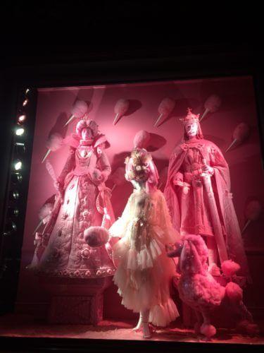 ニューヨーク5番街にある、バーグドルフ・グッドマンのピンクホワホワ綿アメとプードルのクリスマスイルミネーション