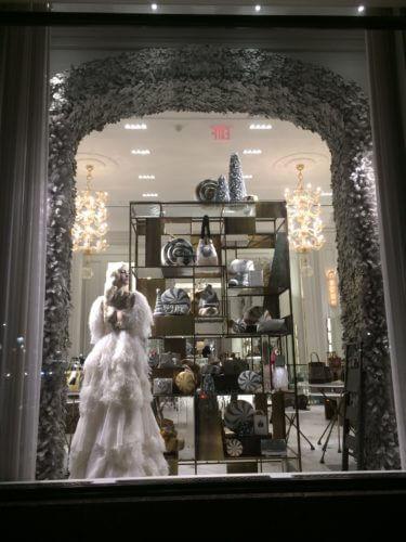 ニューヨーク5番街にある、バーグドルフ・グッドマンの白黒モード系のクリスマスイルミネーション