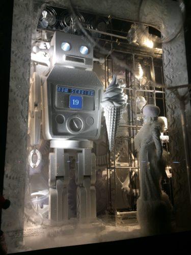 ニューヨーク5番街にある、バーグドルフ・グッドマンの全身白とソフトクリームとロボットのクリスマスイルミネーション