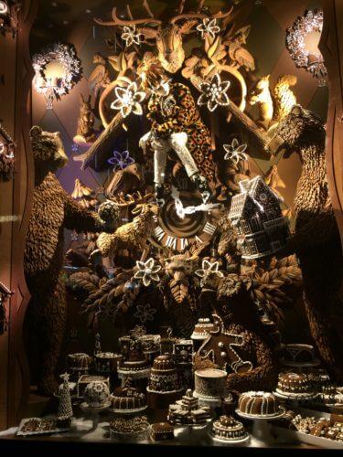 ニューヨーク5番街にある、バーグドルフ・グッドマンの茶色いサファリ系クリスマスイルミネーション