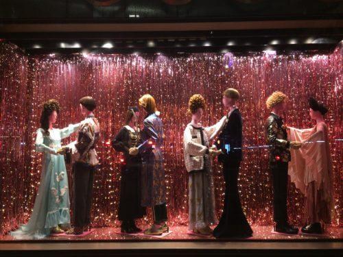 ニューヨーク5番街のグッチの社交界ダンスパーティのクリスマス・ディスプレイの写真