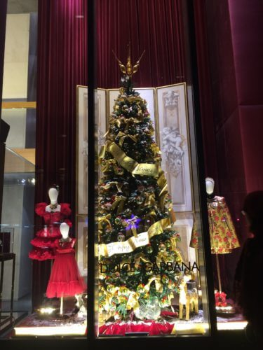 ニューヨーク5番街のドルチェ&ガッバーナのツリーとAラインドレスのクリスマス・ディスプレイの写真
