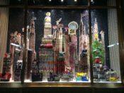 ニューヨーク5番街にあるヘンリベンデルのクリスマスディスプレイ