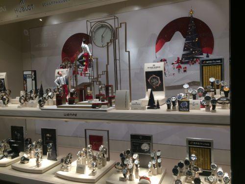 ニューヨーク5番街にあるポーターが時計を設置しているクリスマスディスプレイ