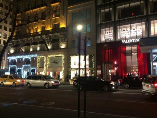 ニューヨーク5番街にあるハリーウィンストンとブレゲとヴァレンティノのクリスマスディスプレイ