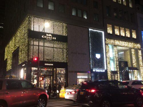 ニューヨーク5番街にあるコーチとトミーヒルフィガーのクリスマスディスプレイ