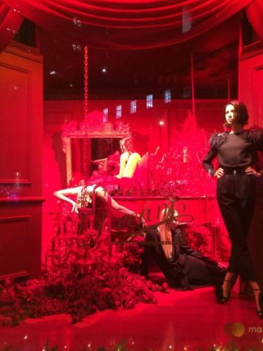 ニューヨークの5番街のサックス・フィフス・アベニューのホリデーウィンドウ赤