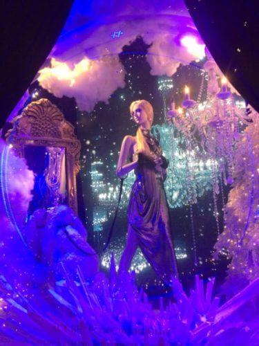 ニューヨークの5番街のサックス・フィフス・アベニューのホリデーウィンドウ紫