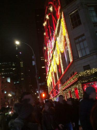 ニューヨークの5番街のサックス・フィフス・アベニューのクリスマスディスプレイ