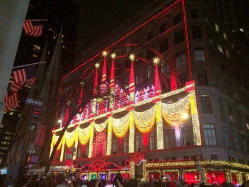 ニューヨークのサックス・フィフス・アベニューのクリスマスイルミネーション赤黄