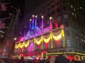 ニューヨークのサックス・フィフス・アベニューのクリスマスイルミネーション虹色