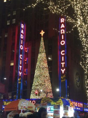 ニューヨーク・マンハッタンのラジオシティのクリスマスツリー