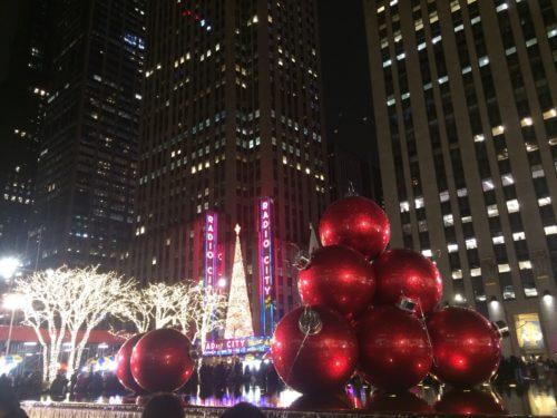 ニューヨーク・マンハッタンのラジオシティのクリスマスツリーと広場のオブジェ
