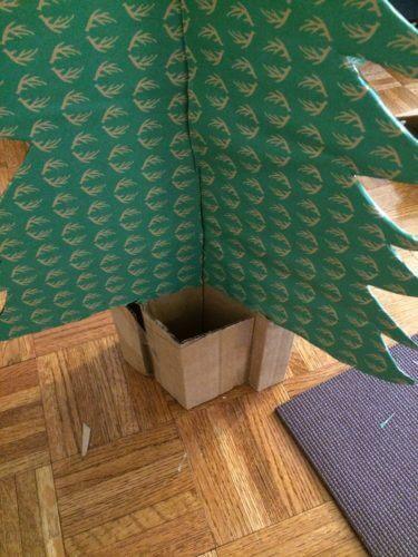 ダンボールで作ったクリスマスツリーの写真