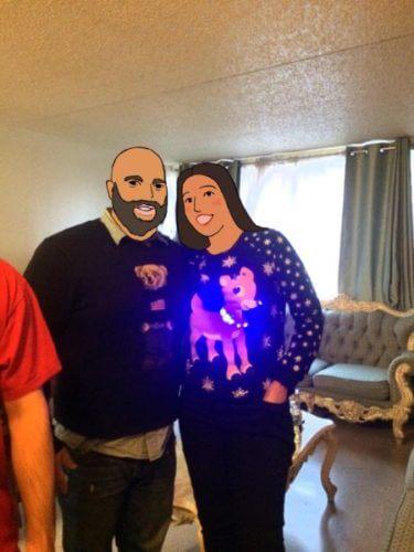アグリークリスマスセーターを着たカップル