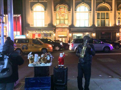 ニューヨーク5番街のヘンリベンデルの前でサックスを演奏していたストリートミュージシャンと猫ダンサーたち