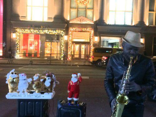 ニューヨーク5番街のヘンリベンデルの前でサックスを演奏していたストリートミュージシャンと猫ダンサーたちのアップ写真