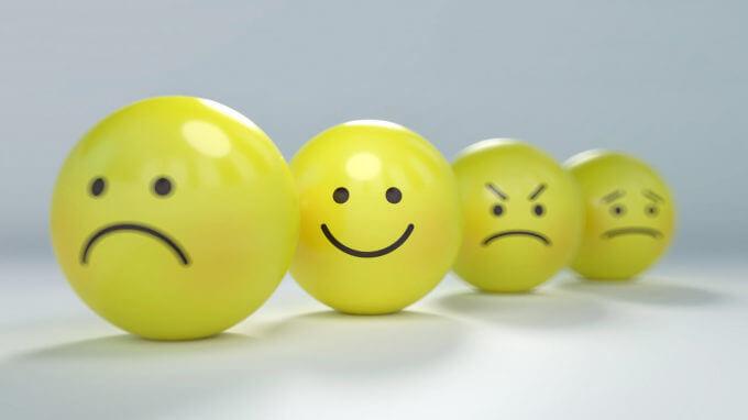 色んな感情の顔が描いてある黄色いボール