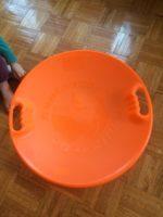ニューヨークのステーショナリー&トイ・ショップで買ったオレンジ色の1人用ソリ