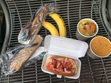 オリジナルスープマンのロブスターロール、ロブスタービスケ、チキンヌードルスープ、パン、 リンツ・チョコレート、バナナ