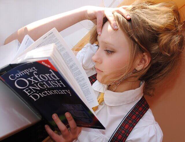 辞書を読んでいる外国人の女の子