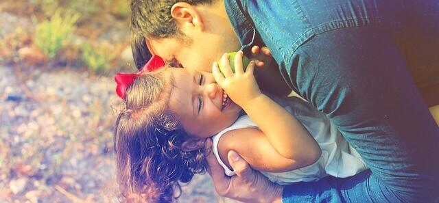 楽しそうに遊ぶパパと娘