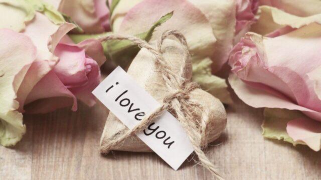 ピンクの薔薇の花とI love youのメッセージカードがついたハート