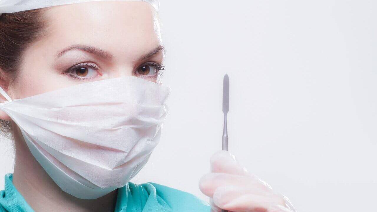 医療器具を持っている医者の写真